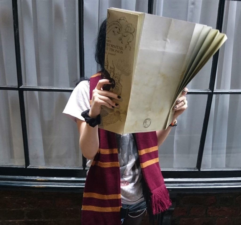 gryffindor in knockturn alley with the mauraders map