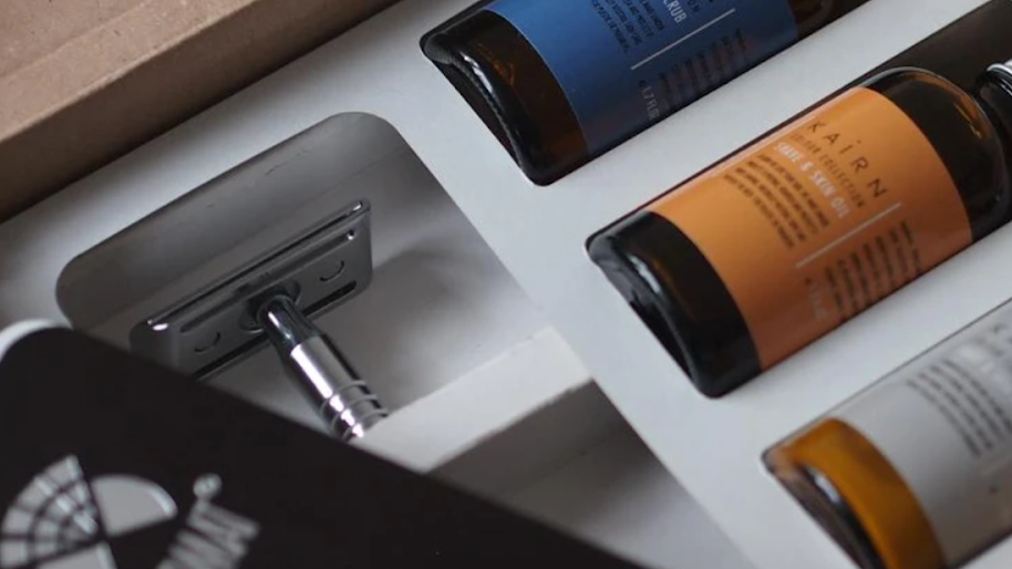 green christmas gifts: personalised shave kit with razors and oils