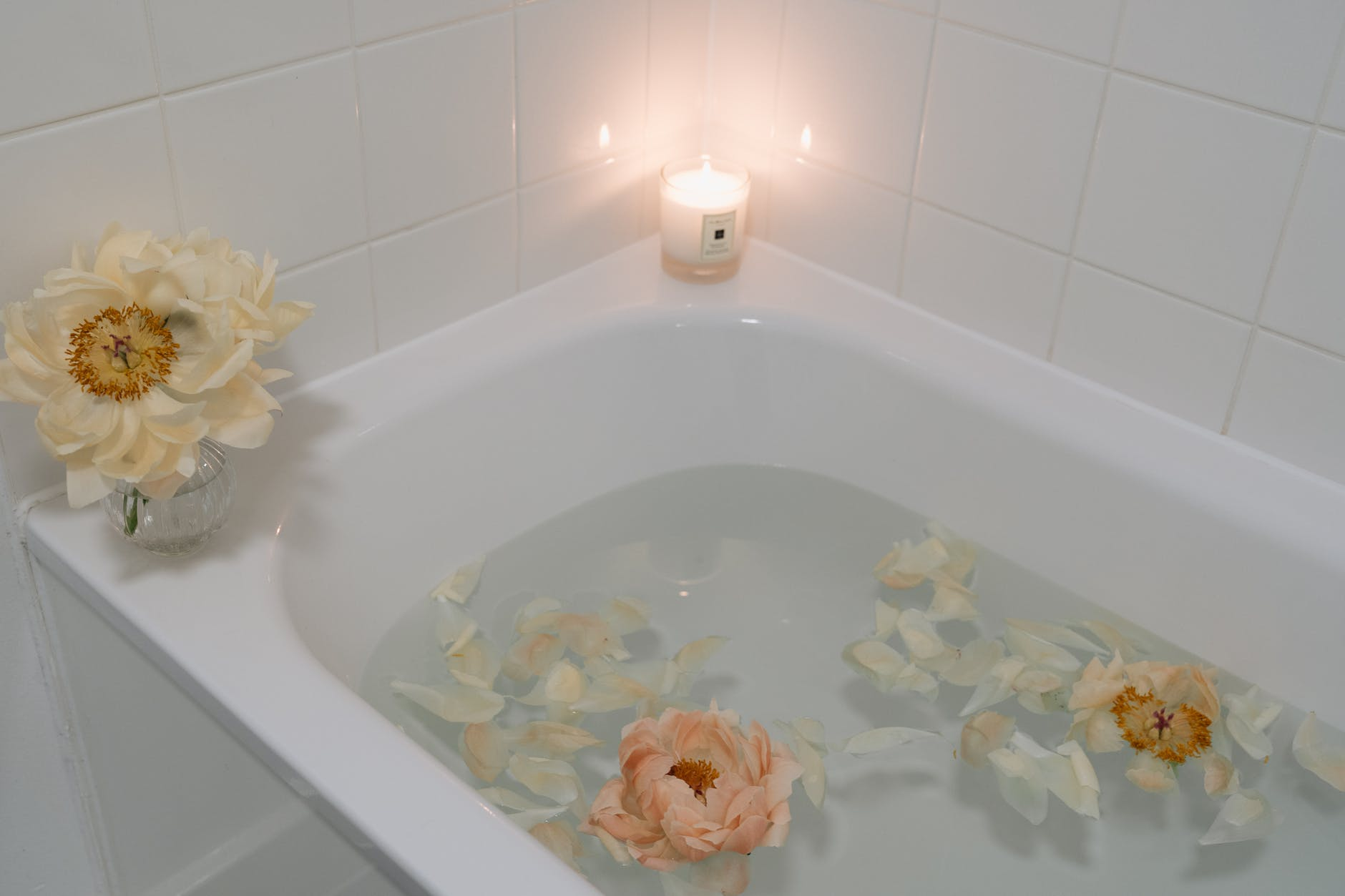 flowers in a bath - ideas to upcycle tea leaves and tea bags